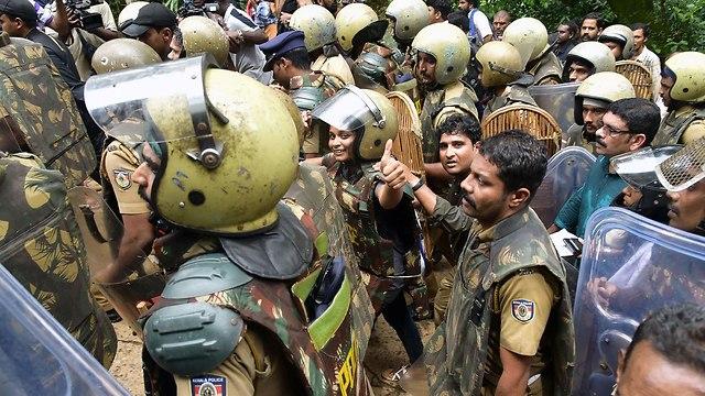הודו מקדש חוסמים כניסה ל נשים פמיניזם פמיניסטיות (צילום: AFP)