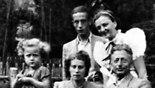 התמונה היחידה ששרדה בושאה של סאלה גולדהאר בילדותה, אמו של מיטש יחד עם הוריה שנספו בשואה (צילום: ארכיון ידיעות אחרונות)
