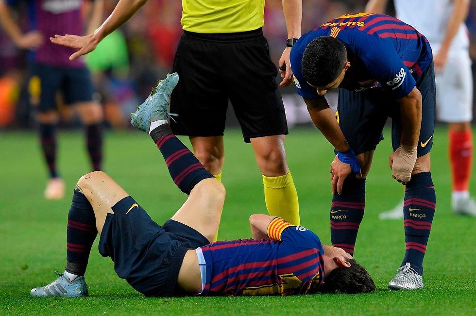לאו מסי נאנק מכאבים (צילום: AFP)