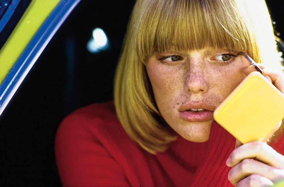 """""""הקריירה שלי מעולם לא סבלה מעניין המשקל. היינו מצחקקים על זה. אם הייתי מעט מלאה, העורכים היו דוחסים אותי לבגד וממשיכים לצלם"""". פטי הנסן בצעירותה (צילום: Patti Hansen: A Portrait by Ivan Shaw, foreword by Karlie Kloss, © Condé Nast Archive)"""