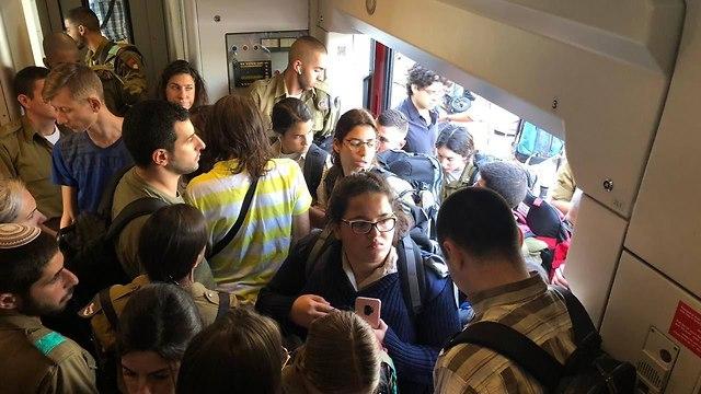 """Час пик в поездах. Фото: страница в Facebook """"Нифлаот ха-ракевет"""""""