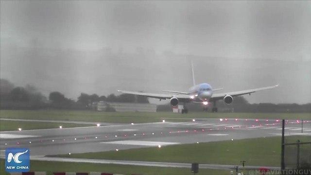 Приземление авиалайнера компании TUI в аэропорту Бристоля (кадр видеозаписи)