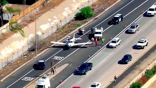 מטוס קל נחת בכביש מהיר קליפורניה (צילום: AP)