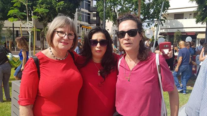 מוכנות לקרב על אחיותינו: מימין: יעל אבקסיס, אני, רונית לב ארי (צילום: שחף סגל)