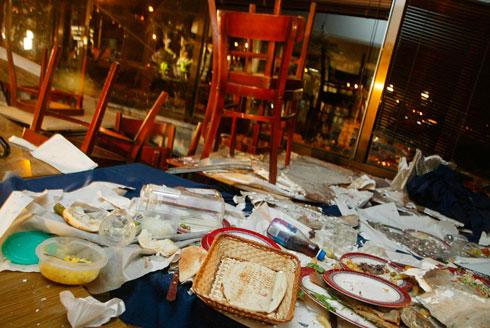"""מסעדת מקסים, זמן קצר אחרי הפיגוע. """"אף צד לא צריך לעבור את זה"""" (צילום: צביקה טישלר)"""