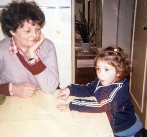 """""""לא הייתה תחושה שמישהו שומר עליי"""". עם אמה קלרה (צילום: אלבום פרטי)"""