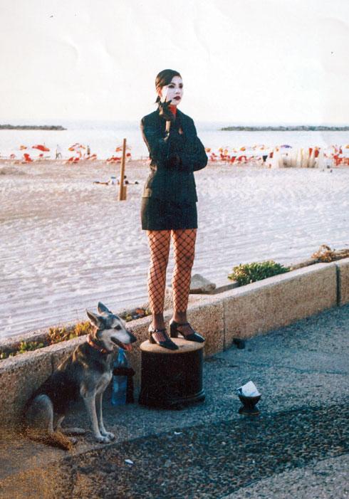 """""""כשעבדתי כפסל חי התייצבתי שם כל יום אחרי הלימודים באולפן, ומי ששם לי מטבע הייתי שרה לו טנגו. עשיתי כסף מעולה, 200 שקל בשעה וחצי"""" (צילום: אלבום פרטי)"""