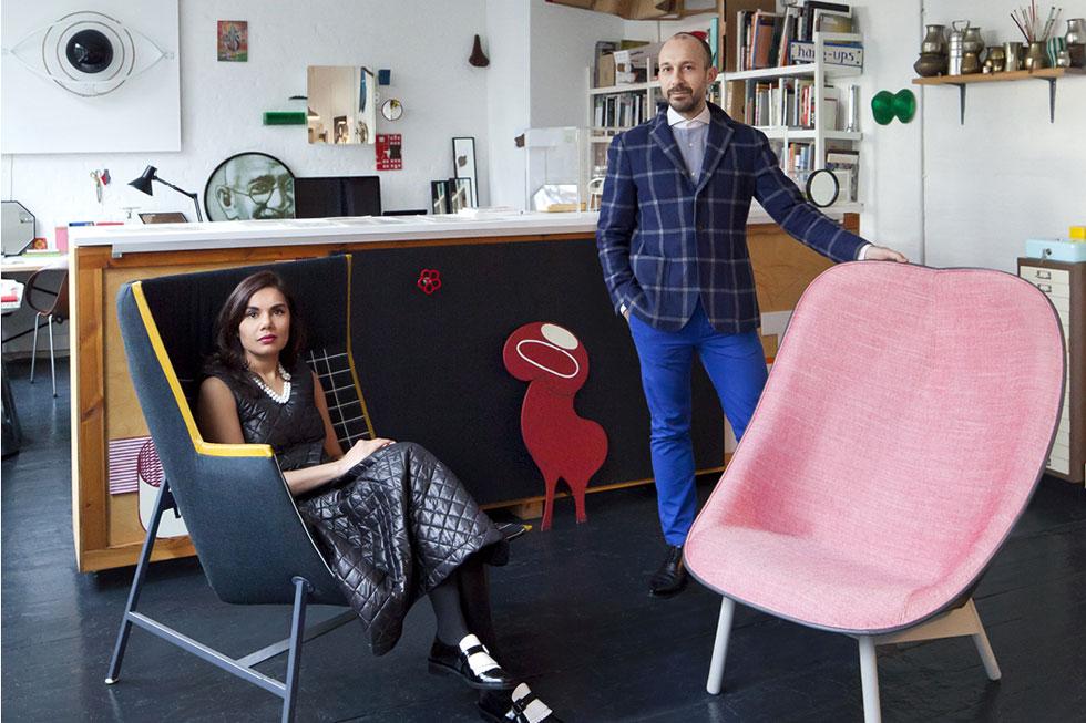 בסטודיו בלונדון, עם הכורסה בגרסתה הוורודה (צילום: Doshi Levien)