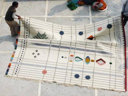 שטיח שעוצב לחברת ''נאני מרקינה'', ונארג בהודו (צילום: Doshi Levien)