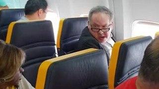 נוסע גזען בטיסת ריינאייר (צילום: youtube / David Lawrence)