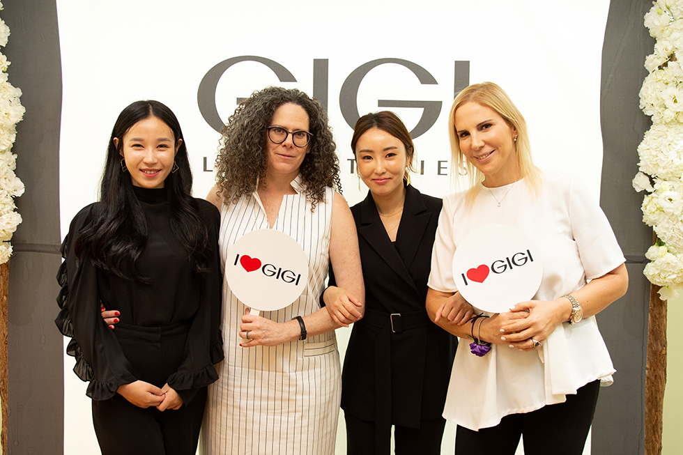 מיכל חלילי ודליה גולדברג עם נציגות דרום קוריאה (צילום: אלי כהן)