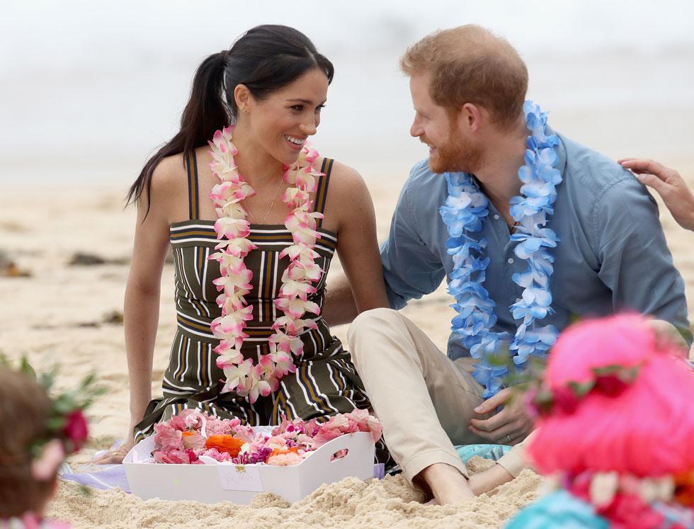 ירח דבש שני על חוף הים? מרקל בשמלת פסים ושרשרת פרחים (צילום: Chris Jackson/GettyimagesIL)