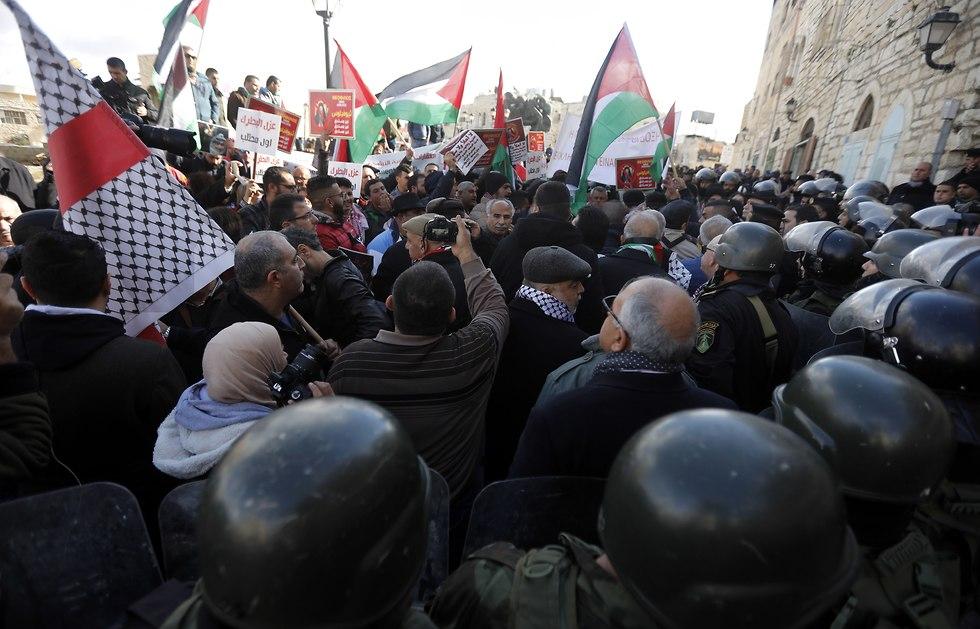Palestinian security forces push away demonstrators in Bethlehem (Photo: EPA)