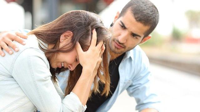 גבר תומך בחברתו (צילום: Shutterstock)