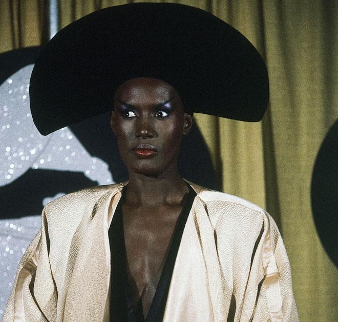 הרבה לפני העיסוק במגדר של דור המילניום, היתה שם גרייס ג'ונס. 1984 (צילום: AP)