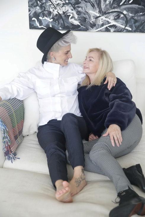 """""""יש כיום טרנד של נשים מבוגרות שמדגמנות, שמראה שיש מקום לכולן. אני מחבקת את האג'נדה הזו, שגורמת לנשים לאהוב את עצמן כשהן מסתכלות במראה"""". אריאלה ורטהיימר עם בתה סיון טלמור (צילום: שוקה כהן)"""