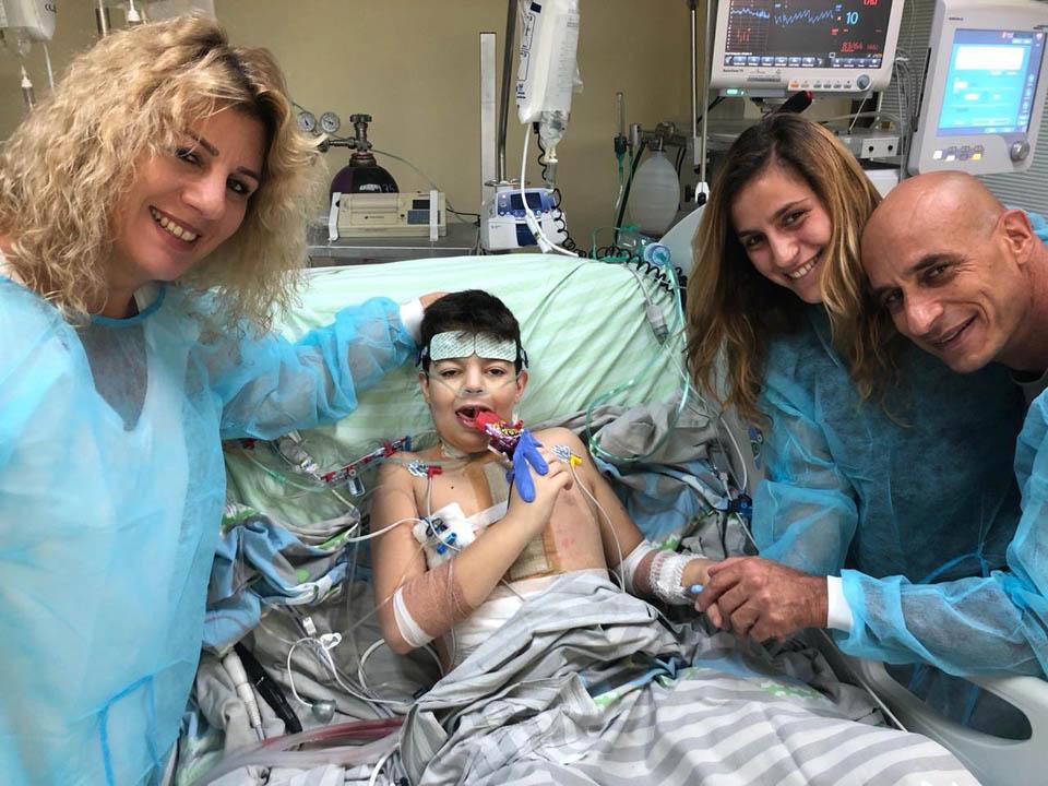 """Михаэль Кахане с родителям и сестрой. Фото: пресс-служба больницы """"Шнайдер"""""""