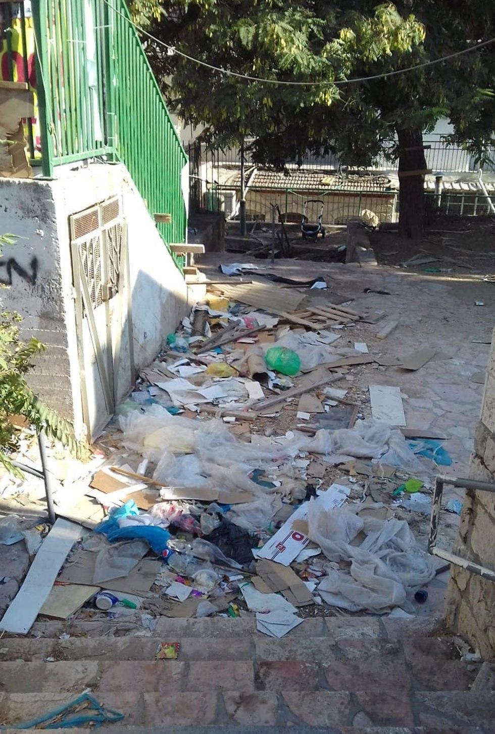 זבל ופח אשפה גדוש בשכונת קטמון, זבל חוסם את הרחוב בשכונת הבוכרים (באדיבות תושבי העיר)