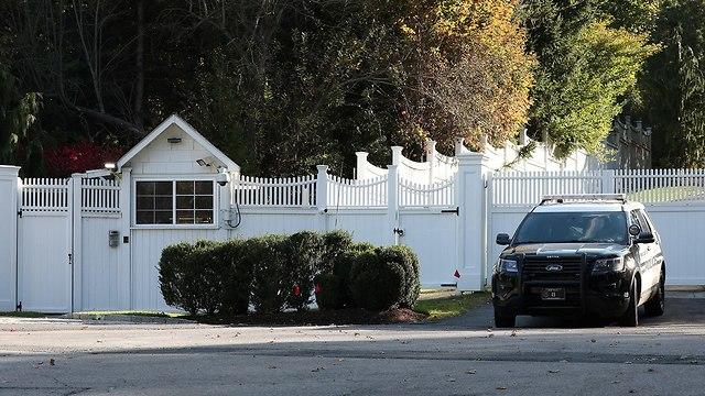 מכונית משטרה בכניסה ל בית של ביל קלינטון הילרי קלינטון ב צ'פקואה ניו יורק (צילום: רויטרס)