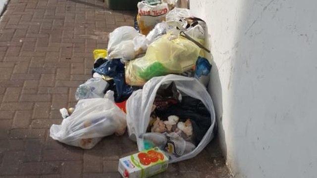 זבל על המדרכה בשכונת רמת ורבר. ()