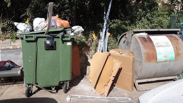 זבל ופח אשפה גדוש בשכונת קטמון ()