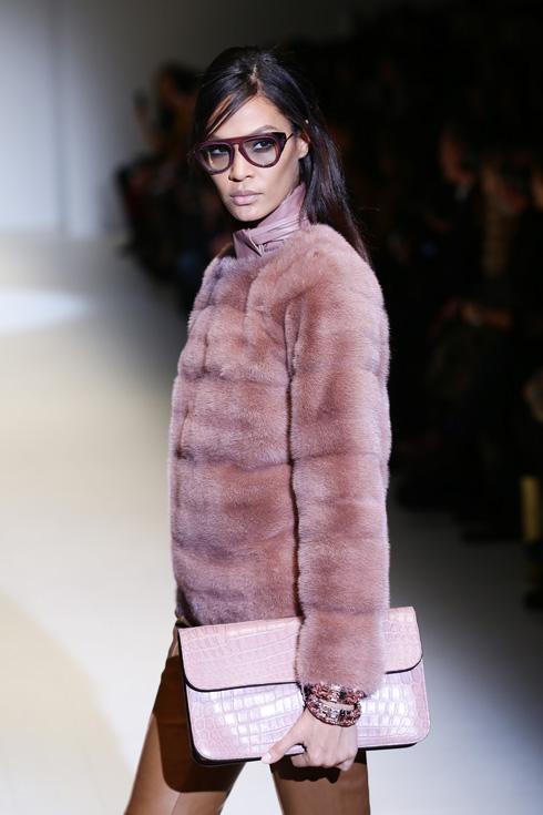 """""""אני לא רוצה להרוג חיות כדי לעשות אופנה"""", אומרת כעת דונטלה ורסאצ'ה. בתמונה: מעיל מפרווה אמיתית בתצוגת סתיו 2014 של בית האופנה (צילום: Vittorio Zunino Celotto/GettyimagesIL)"""