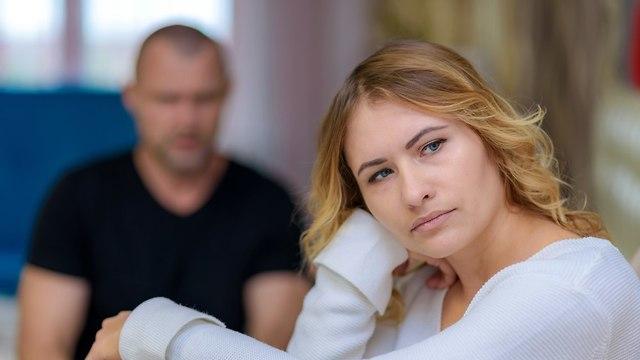 אישה עצובה על בן זוגה  (צילום: Shutterstock)