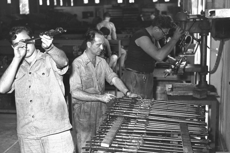 עובדים במפעל של תע