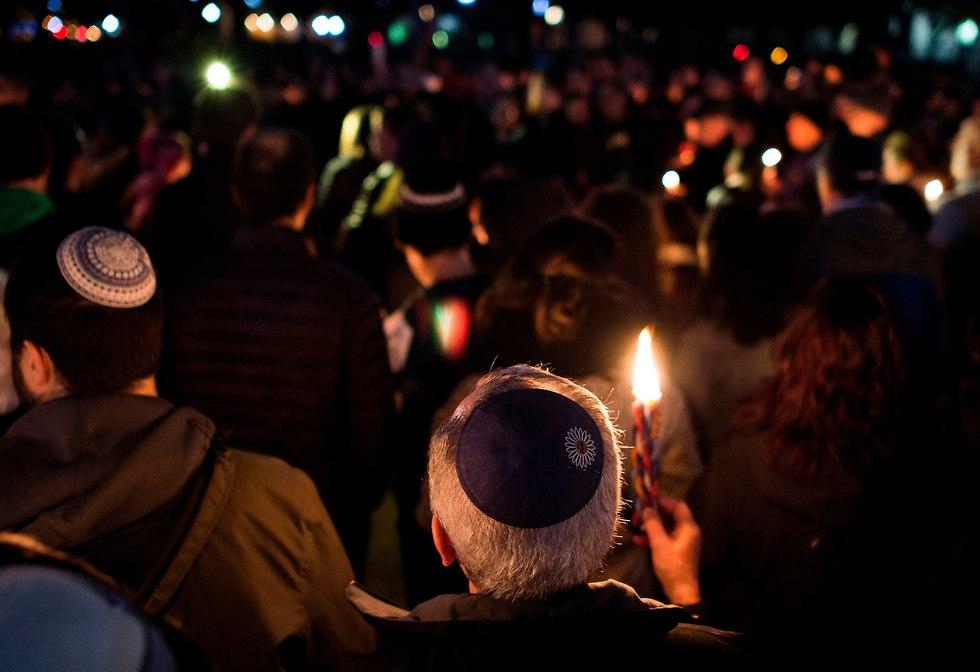 מתאבלים על קורבנות הירי (צילום:AFP)