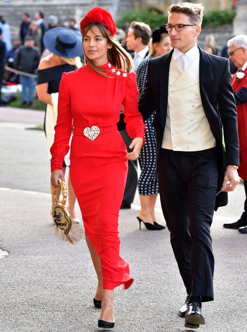 לא חוששת לגנוב תשומת לב מהכלה? אמה לואיז קונולי מגיעה לחתונה של הנסיכה יוג'יני (צילום: Matt Crossick/GettyimagesIL)