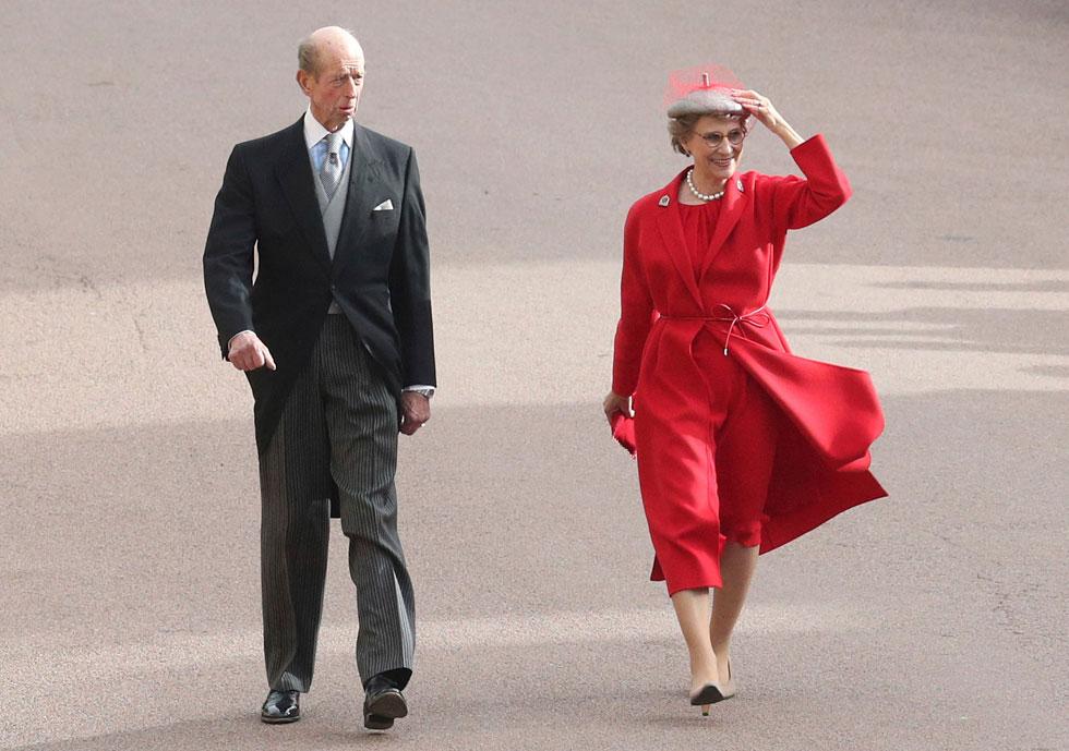 אפילו דוכסית גלוסטר בחרה בשמלה אדומה לחתונה של הנסיכה יוג'יני (צילום: AP)