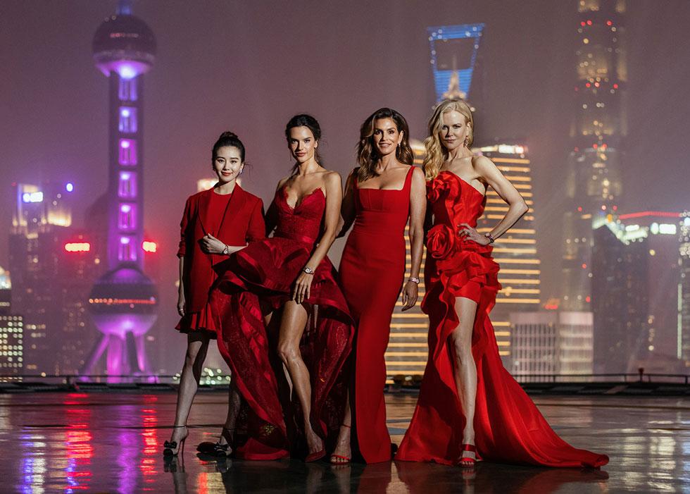 שמלה אדומה לכל סלבריטאית. ניקול קידמן, סינדי קרופורד, אלסנדרה אמברוסיו וליו שישי באירוע השקה של שעוני אומגה בשנגחאי