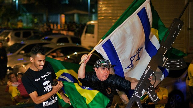 Bolsonaro's supporters waving Israeli flag (Photo: AFP)