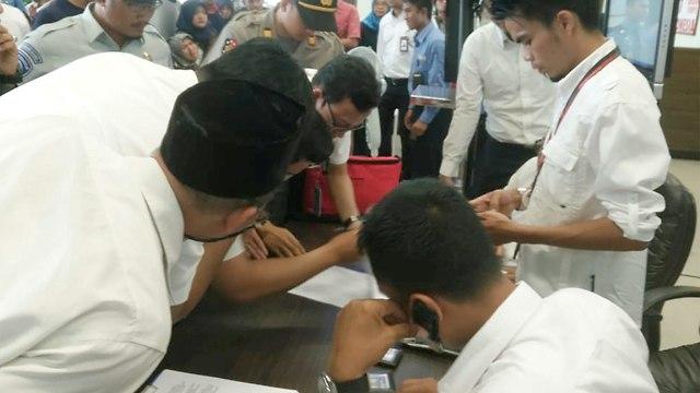 פקידים בוחנים את רשימת הנוסעים (צילום: רויטרס)