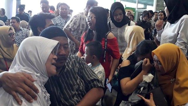 Семьи погибших в авиакатастрофе в Индонезии. Фото: AP