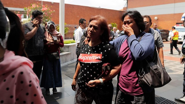 משפחות הקורבנות שנספו בהתרסקות המטוס באינדונזיה (צילום: EPA)
