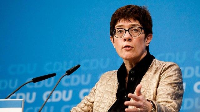 גרמניה פרישת אנגלה מרקל מראשות מפלגתה היורשת המועדפת עליה אנגרט קאמפ-קרנבאואר (צילום: AP)