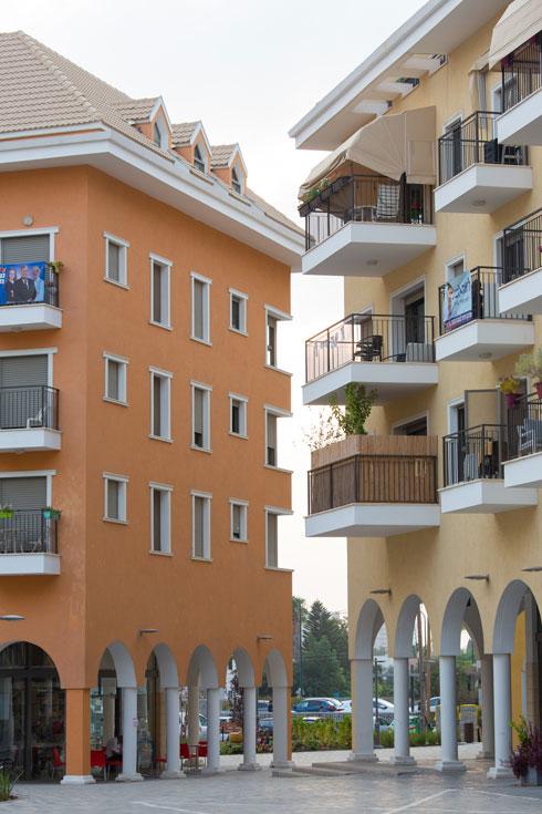 אבל אם יתוקנו התקלות, ויהיה כאן עירוב שימושים מוצלח של מגורים ומסחר, ''בלה לוגאנו'' תחזק את יהוד (צילום: דור נבו)