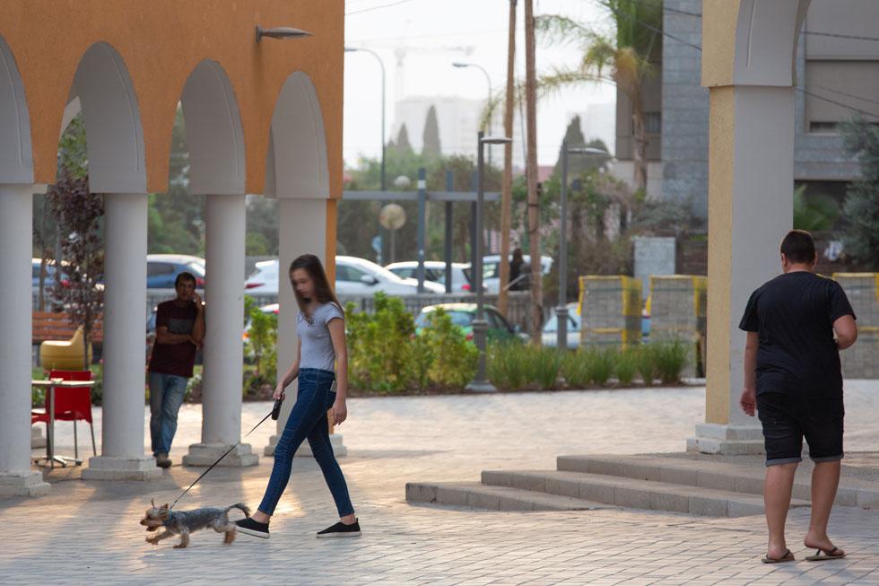 יש יתרונות מובהקים לשכונה: בניינים נמוכים ולא מגדלים, כלי רכב בחוץ, וסדרה של מרחבים ציבוריים שמזמינים הליכה ברגל ותחושה עירונית אמיתית (צילום: דור נבו)