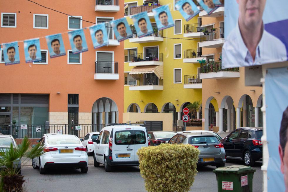הנה ''בלה לוגאנו'' נערכת לבחירות המקומיות ביהוד. הצבעוניות מעידה על ההשראה, גם עיצוב המבנים (לא המרפסות), רק הפיאצות מחזירות את המציאות לתמונה (צילום: דור נבו)