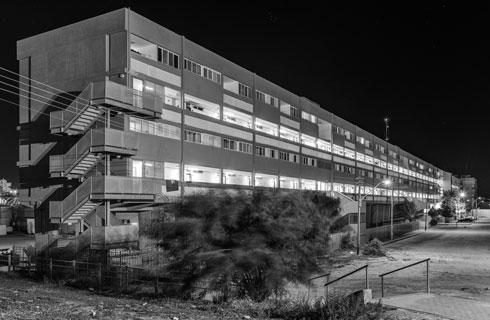 ה''רבע קילומטר'' בשכונה ה' (אברהם יסקי ואמנון אלכסנדרוני). איש מהאדריכלים לא התגורר יום אחד במבנה שבנה פה (צילום: אלי סינגלובסקי, רבע קילומטר, 2015, צילום שחור לבן)