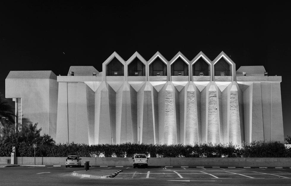 בית ''יד לבנים'' בבאר שבע (יוחנן רטנר ומרדכי שושני). מלבד העיר העתיקה, שגם היא ניזוקה קשות וממתינה לתוכנית שימור מאושרת, אין לבאר שבע אפיון אדריכלי אלא הברוטליזם. חלליות עצומות ומעוצבות למשעי במלאכת בטון מרשימה (צילום: אלי סינגלובסקי, יד לבנים1, 2014, צילום שחור לבן)