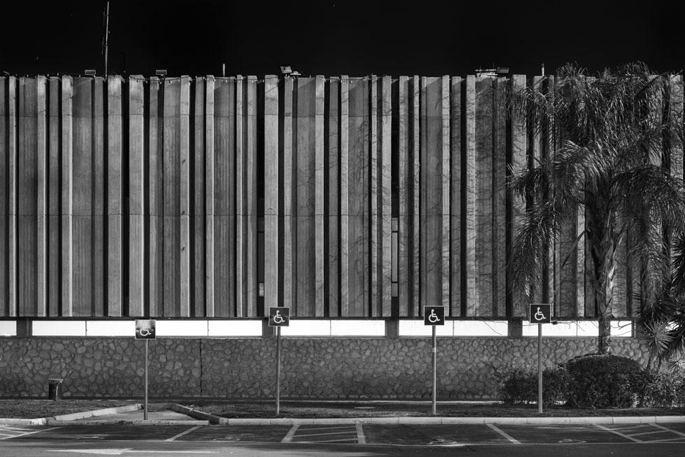 פנינה ישראלית: בניין עיריית ב''ש (נדלר-נדלר-ביקסון-גיל) בעיצוב שמזכיר וילון מקופל. מבני הציבור זוכים לטיפוח, בעוד שמבנים פרטיים מוזנחים וחלקם כבר נהרסו (צילום: אלי סינגלובסקי, עירייה, 2015,  צילום שחור לבן)