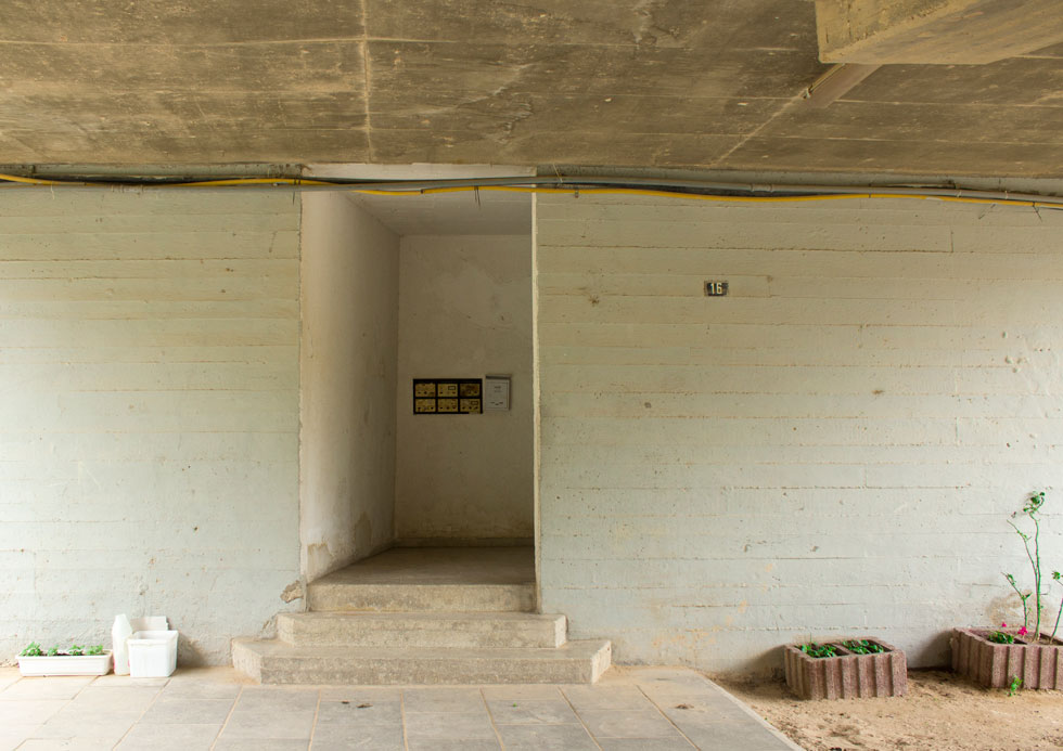 כניסה למבנה ברוטליסטי בעיר. מקלט בימים של רקטות, ומה עם תיירי אדריכלות בשאר השנה? הפוטנציאל לא ממומש (צילום: יעל איצקין, מתוך הסדרה 'בתי חומה', 2015, צילום צבע (8))