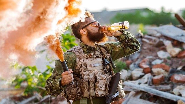 אילוס אילוסטרציה חייל שותה בירה  (צילום: shutterstock)