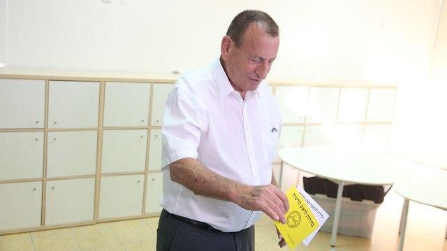 רון חולדאי מצביעים בקלפי בתל אביב (צילום: מוטי קמחי)