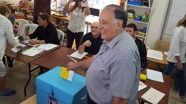 Incumbent Haifa Mayor Yona Yahav votes
