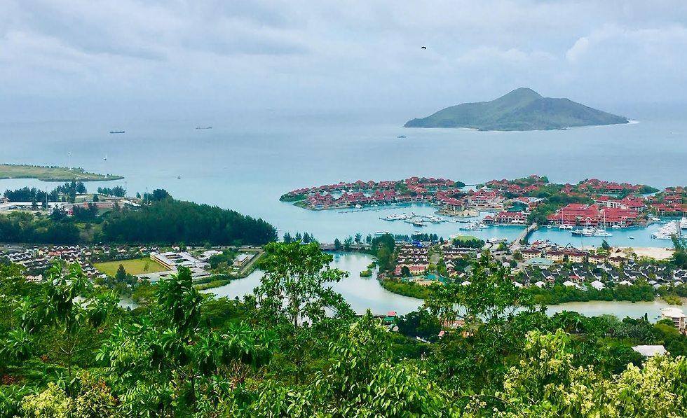 האי המלאכותי ועליו כפר נופש חדש ()