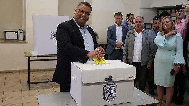 משה ליאון ראשות עיריית ירושלים קלפי בחירות מקומיות 2018 (צילום: עמית שאבי)