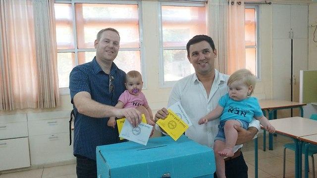 ראש העיר רעננה איתן גינזבורג הצביע עם בן זוגו בחירות מקומיות ()